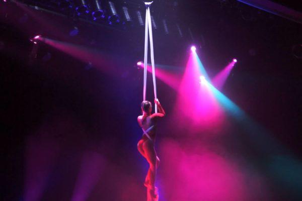Tissu aérien show girl scène cabaret sensuel
