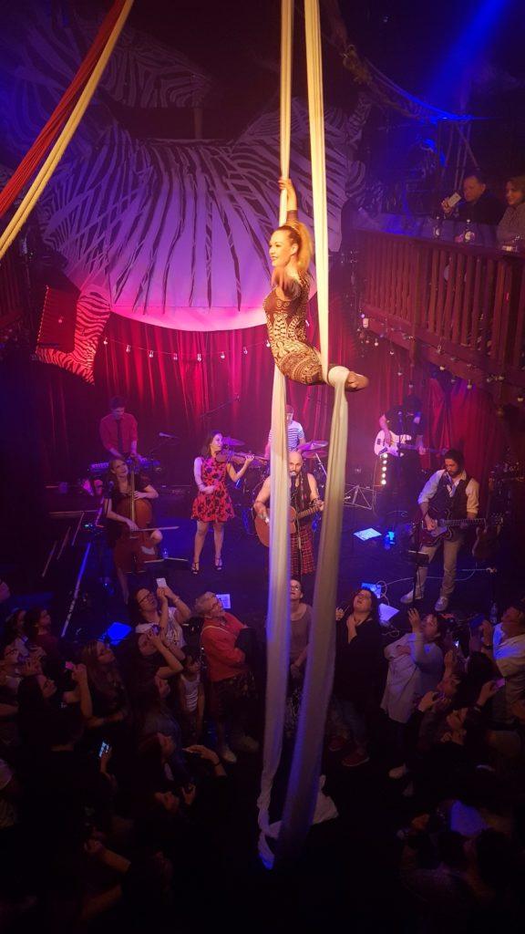 Concert David Ban, Elodie Lobjois, Danseuse aérienne, tissu aérien